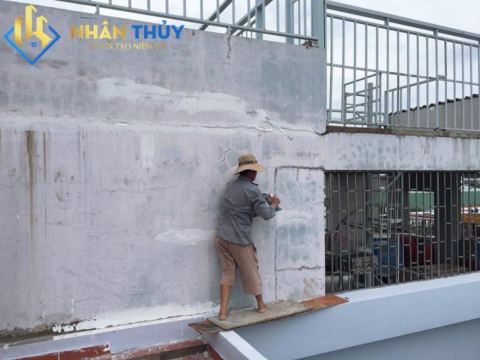 tường bị thấm nước phải làm sao