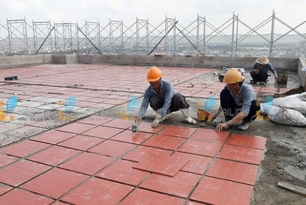 lát gạch chống thấm sân thượng