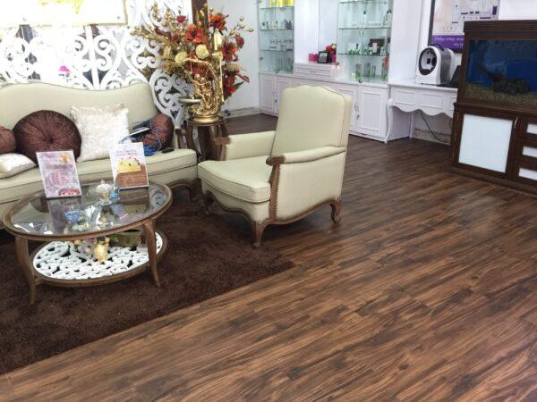 sàn nựa giả gỗ phòng khách